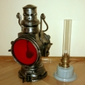 Naftowa lampa kolejowa PKP po odnowieniu.